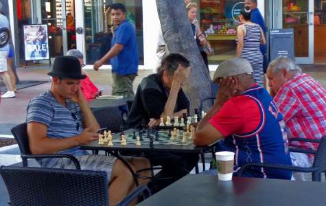 Kui tööl on igav, aitab malemäng või nutitelefonis surfamine.